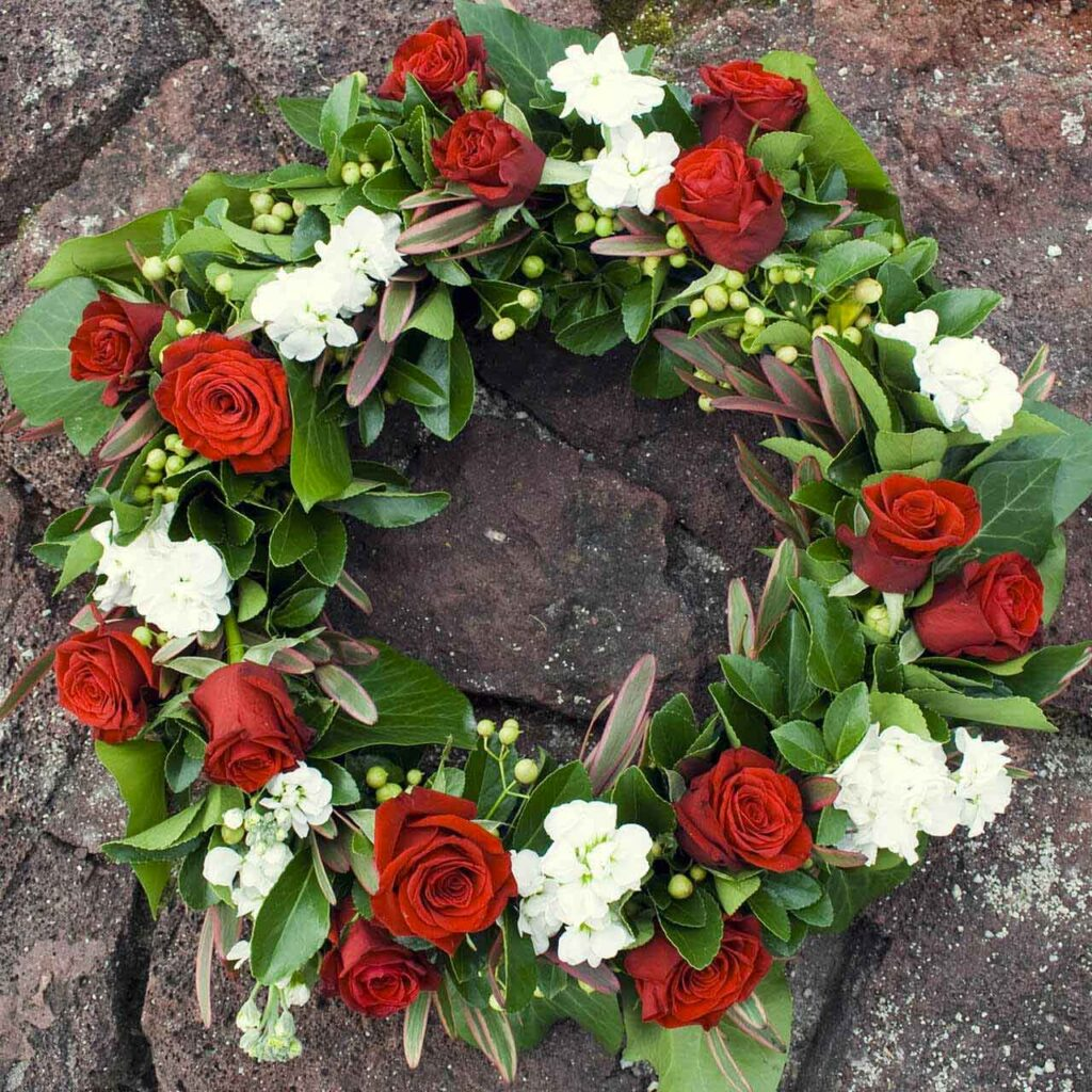 wieniec z białych i czerwonych kwiatów